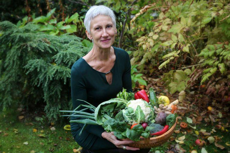 Thea mit Gemüsekorb im Garten