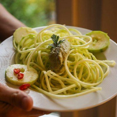 Zucchini-Spaghetti in Chiliöl eingelegt mit selbstgemachtem Pinienkernpesto