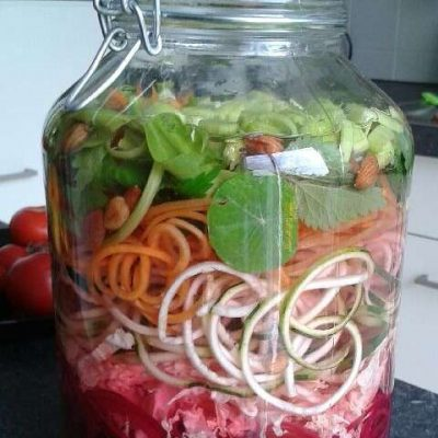 Fermentationsglas mit Gemüse und Kräutern der Saison