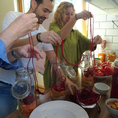Fermentation in Aktion rote Bete- und Karotten- Spiralen